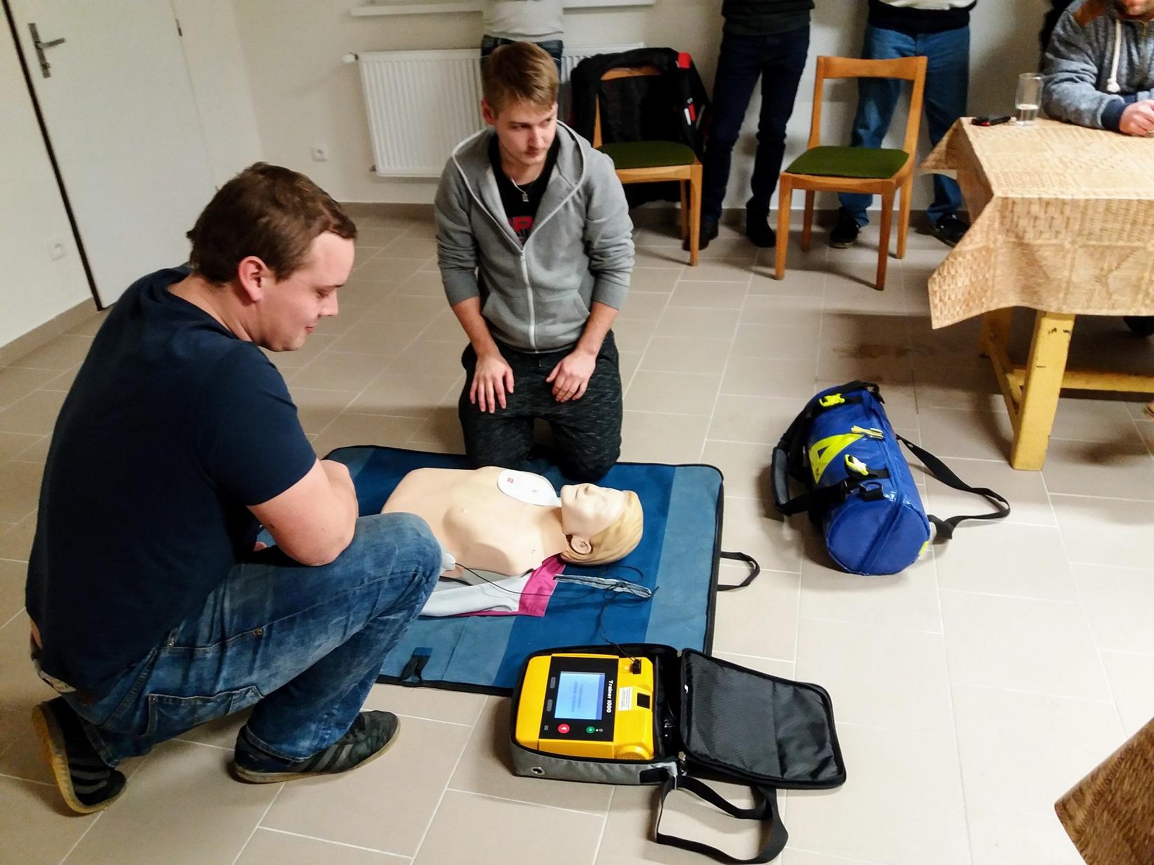 Školení na obsluhu přístroje AED, nově spolu s kyslíkovou terapií